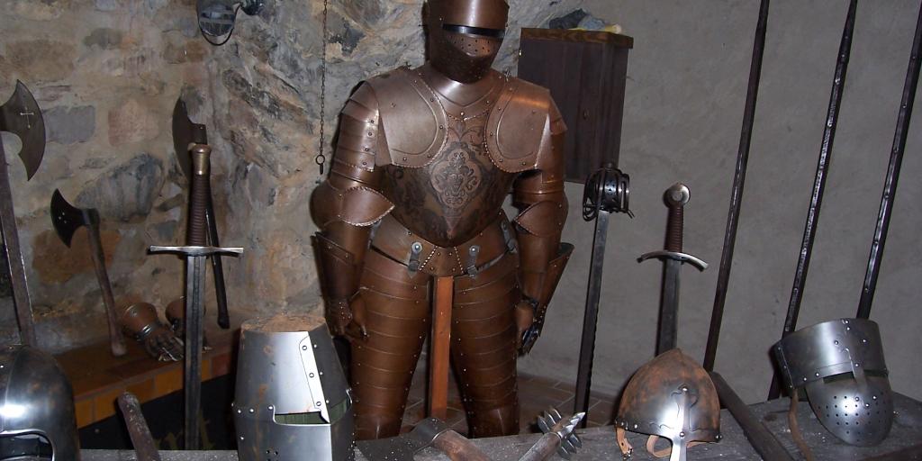 Ritterrüstung mit Waffen in einer Burg